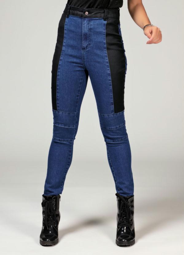 Calça (Jeans) com Sarja Resinada nas Laterais