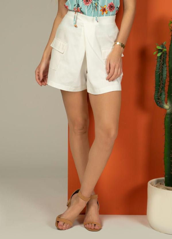 Short com Bolsos Funcionais (Off White)