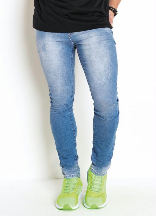 Calça (Azul)Com Lavação Clara e Detalhes Amassados